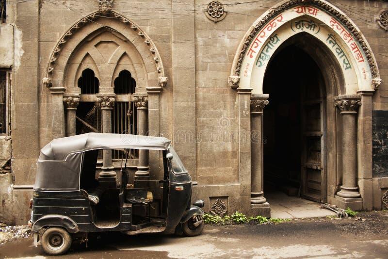 Carrito polvoriento fuera del dagdi Wada, Pune, la India de Nagarkar imagen de archivo