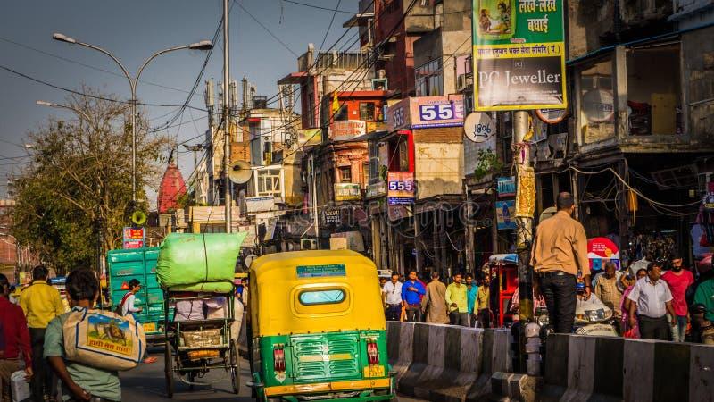 Carritos en el centro de la ciudad del mercado de Chandni Chowk en Delhi vieja, la India en el camino fotos de archivo