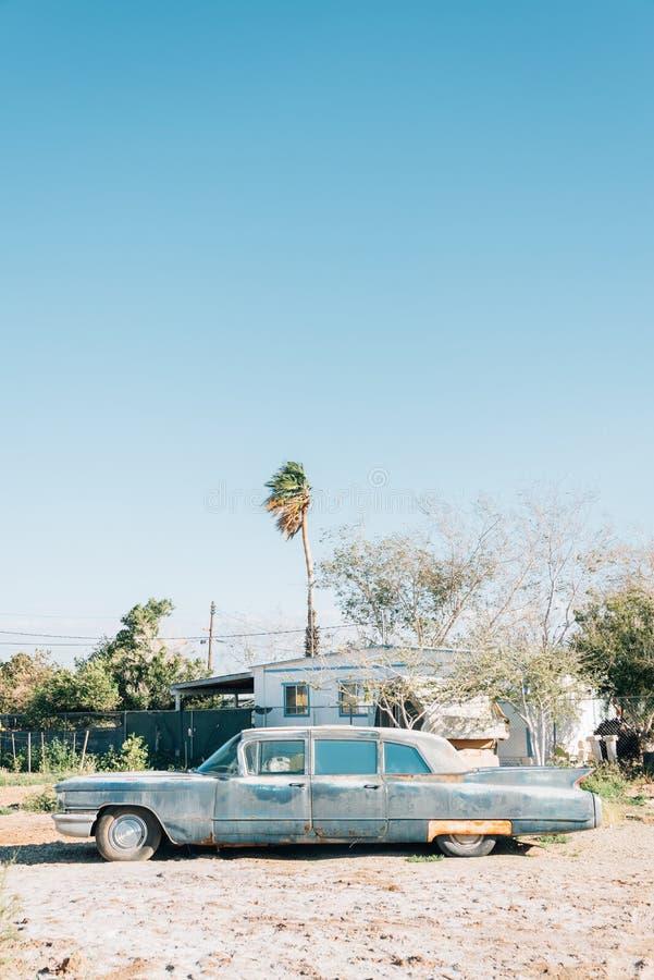 Carro abandonado velho na praia de Bombaim, no mar de Salton, em Calif?rnia imagens de stock royalty free