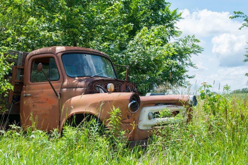 Carro abandonado viejo imagenes de archivo