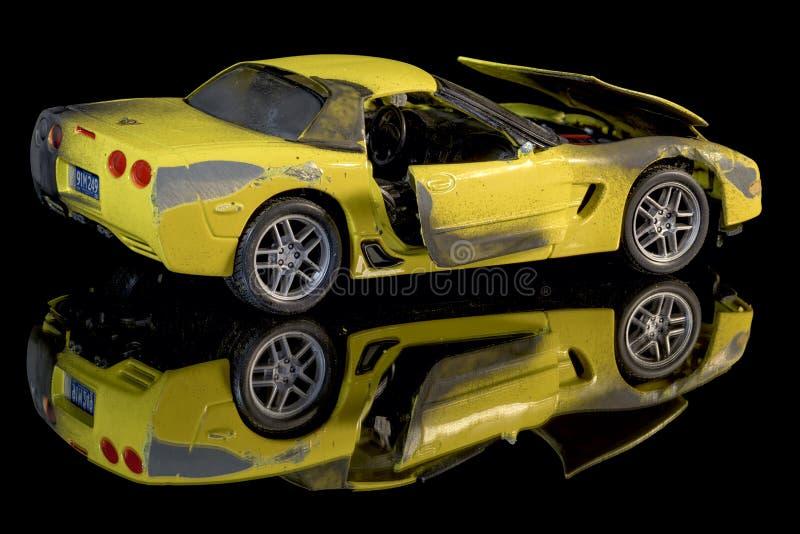 Carro amarelo queimado e amolgado do brinquedo imagem de stock royalty free