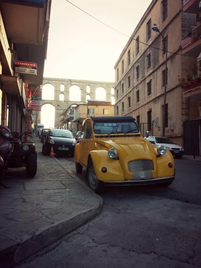 Carro amarelo velho em Kavala foto de stock