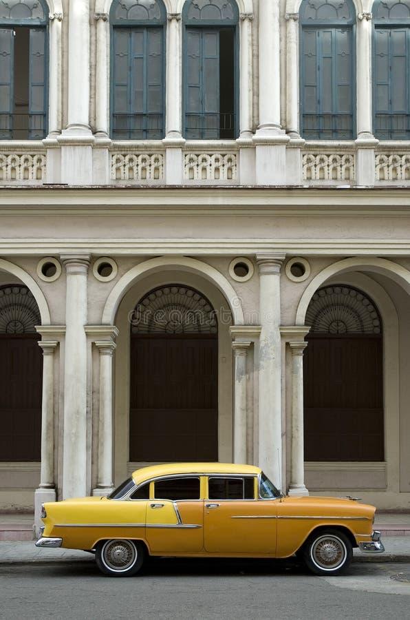 Carro americano amarelo velho fotos de stock