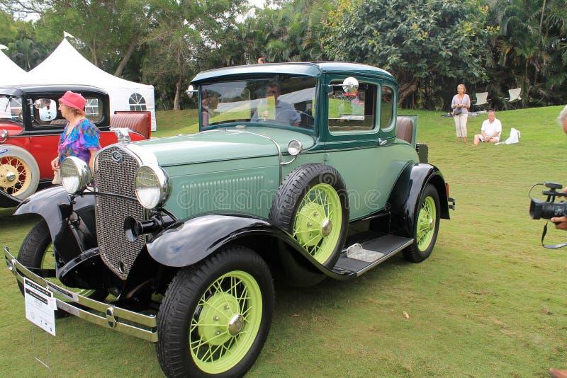 Carro americano antigo verde na formação foto de stock royalty free
