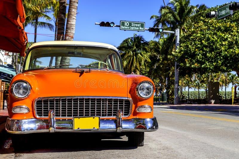 Carro americano clássico na praia sul, Miami. imagens de stock royalty free