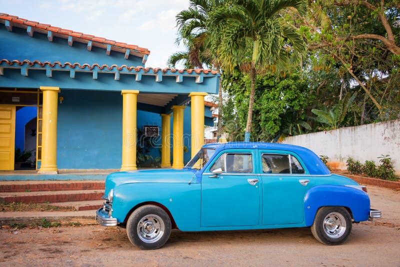 Carro americano clássico velho azul em Cuba fotos de stock