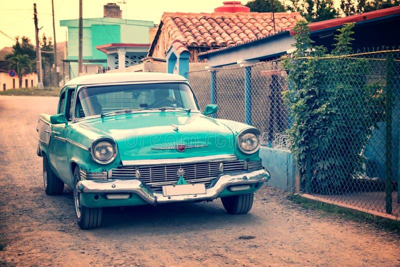 Carro americano clássico velho em uma rua de Vinales Cuba imagens de stock