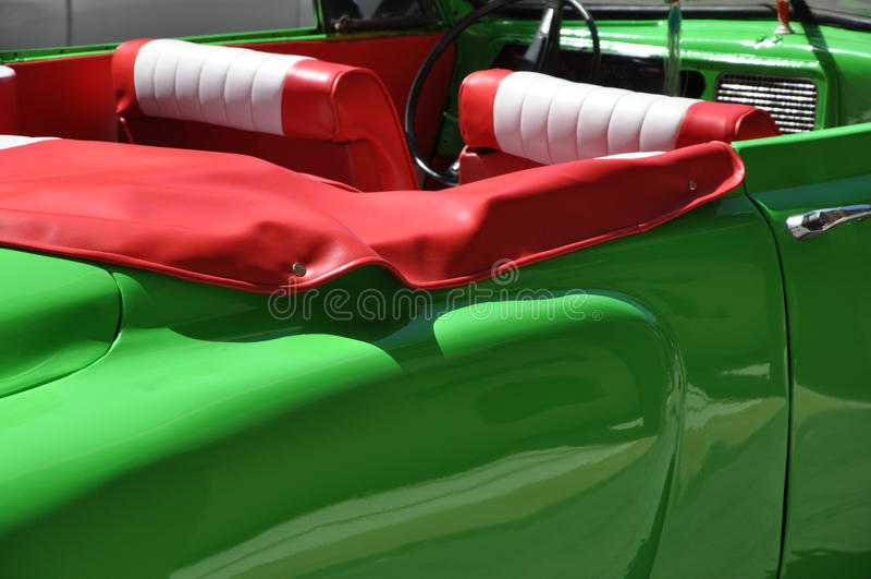 Carro americano do vintage brilhante do greene em Havana, Cuba foto de stock royalty free