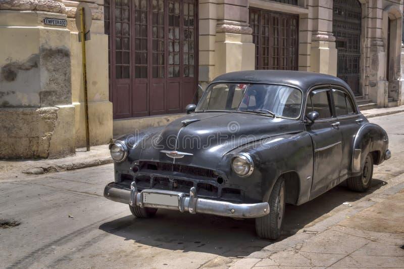 Carro americano preto clássico em Havana velho, Cuba fotografia de stock royalty free