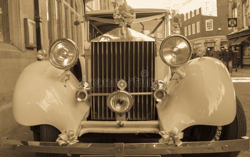 Carro antigo de Rolls Royce decorado para o uso em um evento do casamento fotografia de stock