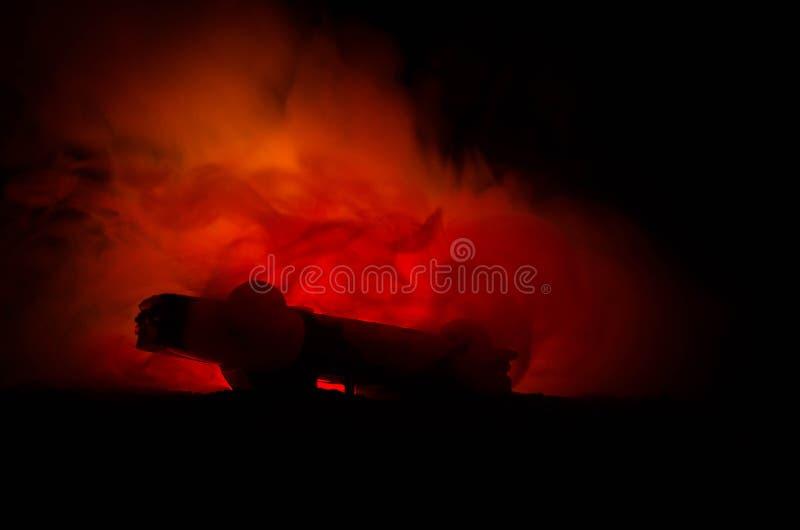 Carro ardente em um fundo escuro Fogo de travamento do carro, após o ato de vandalismo ou de estrada indicent foto de stock royalty free