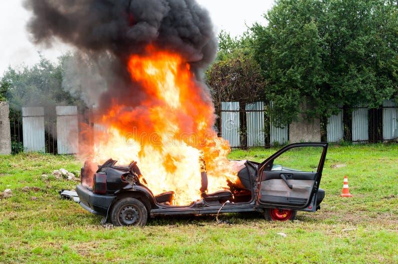 Carro ardente Fogo começado tragar todo o carro imagem de stock