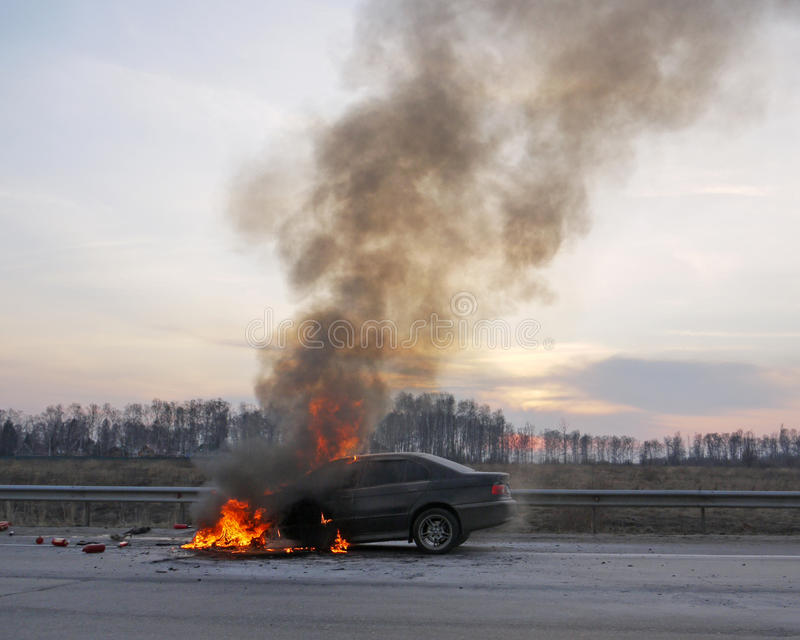 Carro ardente na estrada imagem de stock royalty free