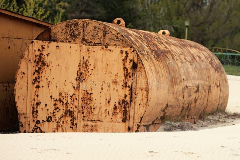 Carro armato abbandonato arrugginito giallo che si trova sulla spiaggia immagini stock libere da diritti