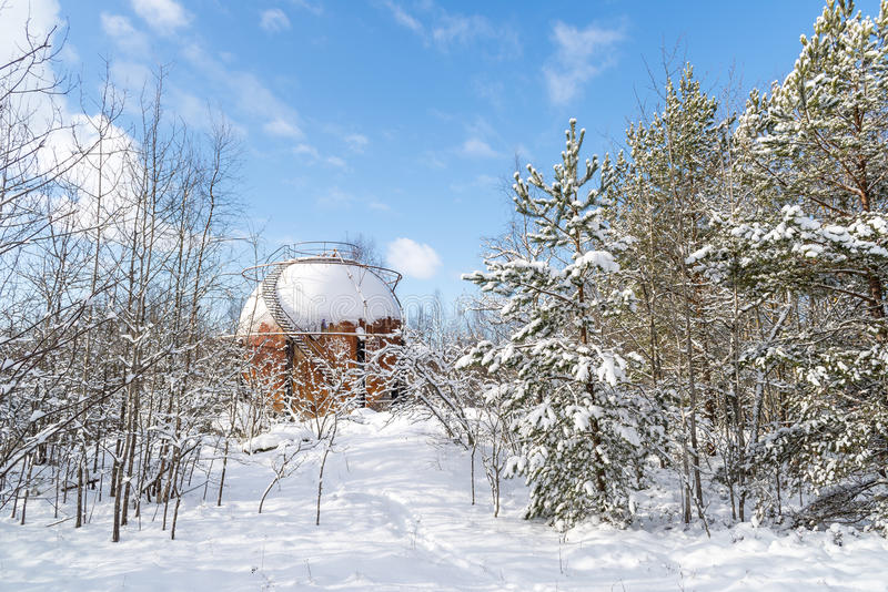 Carro armato di gas sferico arrugginito in foresta immagini stock libere da diritti