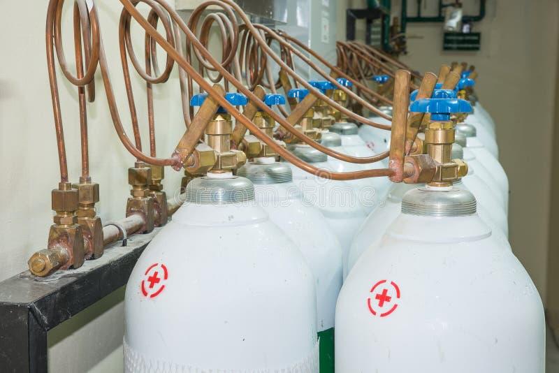 Carro armato di ossigeno medico nella sala di controllo dell'ospedale immagini stock