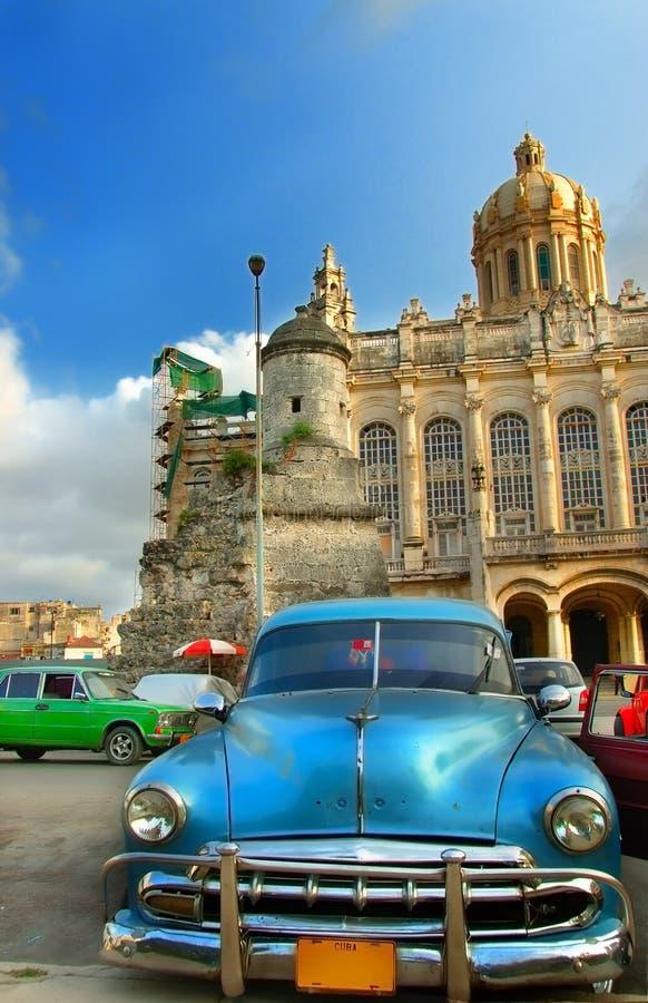 Carro azul americano do vintage velho na cidade de Havana imagem de stock
