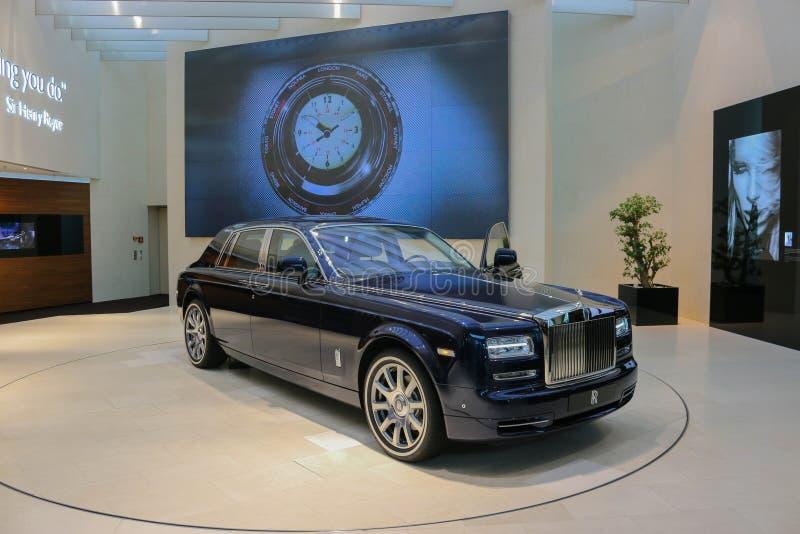 Carro azul de Rolls royce na equimose de BMW em Munich imagem de stock royalty free