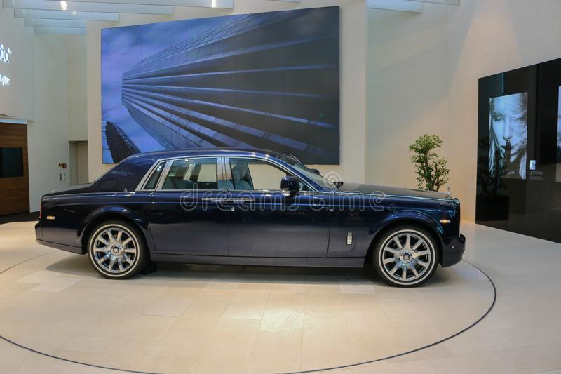 Carro azul de Rolls royce na equimose de BMW em Munich fotografia de stock royalty free