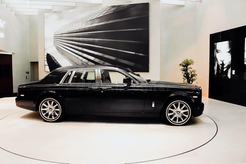 Carro azul de Rolls royce na equimose de BMW em Munich imagem de stock