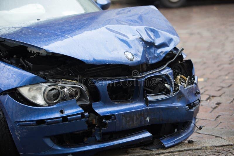 Carro azul deixado de funcionar de BMW imagens de stock