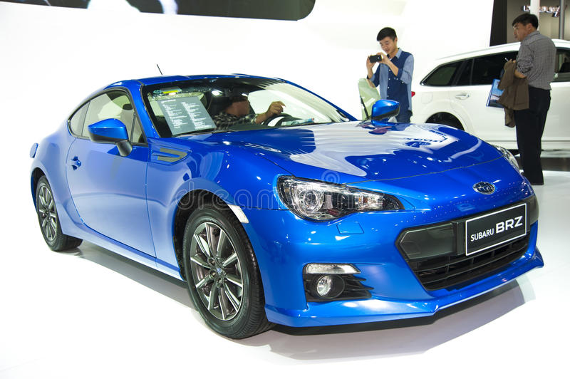 Carro azul do brz do subaru fotos de stock