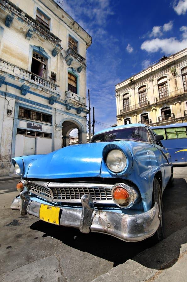 Carro azul do vintage na rua de havana imagem de stock royalty free
