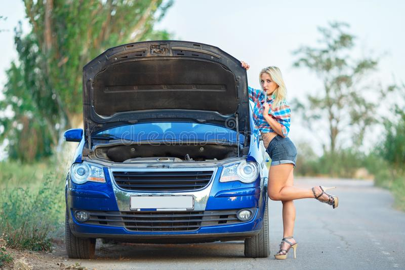 Carro azul dos reparos bonitos novos da menina fotografia de stock