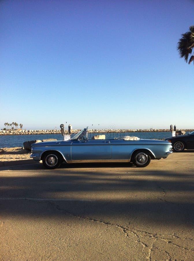 Carro azul na praia fotografia de stock royalty free