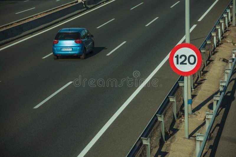 Carro azul só na estrada e no letreiro do LIMITE de VELOCIDADE no Madri fotografia de stock royalty free