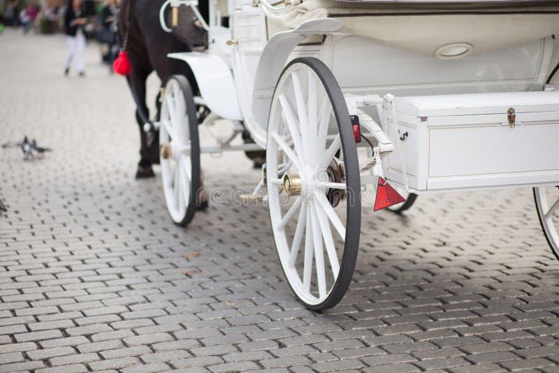 Carro blanco de la boda imagenes de archivo