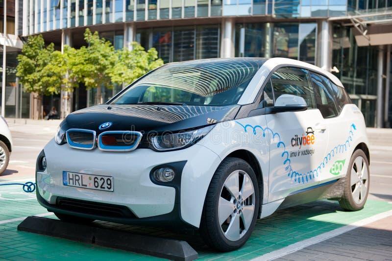 Carro bonde BMW I3 que carrega suas baterias fotos de stock royalty free
