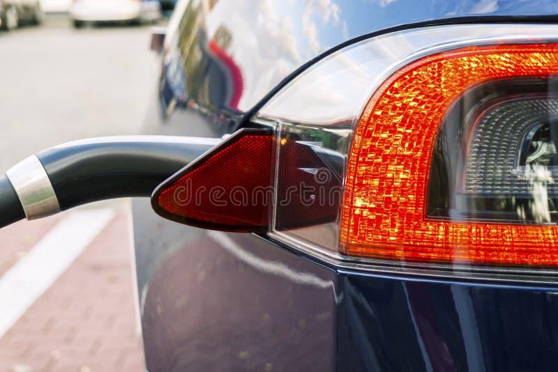 Carro bonde moderno obstruído à estação de carregamento foto de stock royalty free