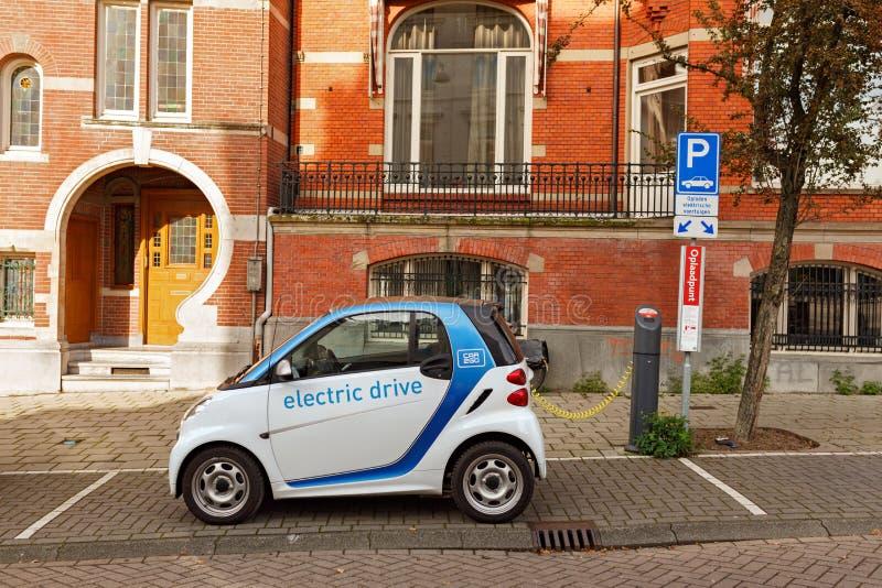 Carro bonde que carrega na rua em Amsterdão netherlands fotos de stock royalty free