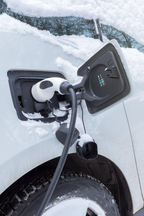 Carro bonde que carrega no tempo de inverno imagens de stock royalty free