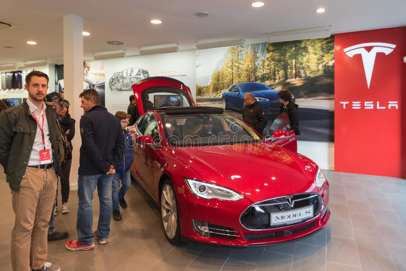 Carro bonde vermelho de Tesla na sala de exposições da promoção Nuremberg, Alemanha - 26 de março de 2016 imagens de stock royalty free