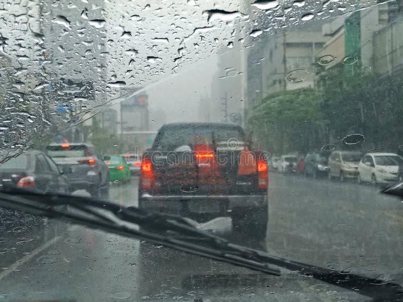 Carro borrado na estrada em chover, opinião do motorista imagem de stock