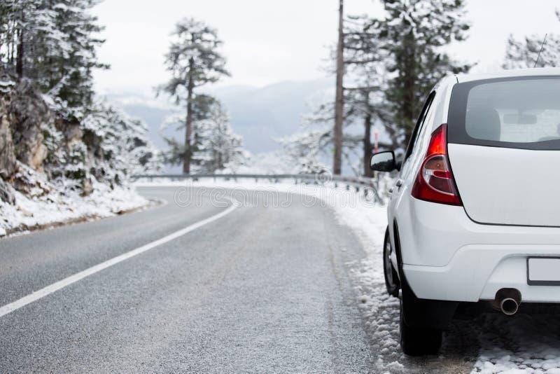 Carro branco em uma estrada do inverno foto de stock
