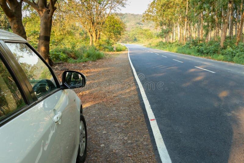 Carro branco estacionado no lado s? da estrada imagens de stock