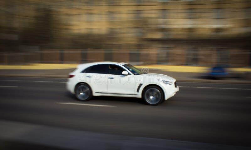 Carro branco na alta velocidade que ronca a cidade imagens de stock