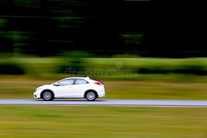 Carro branco rápido na autoestrada imagem de stock