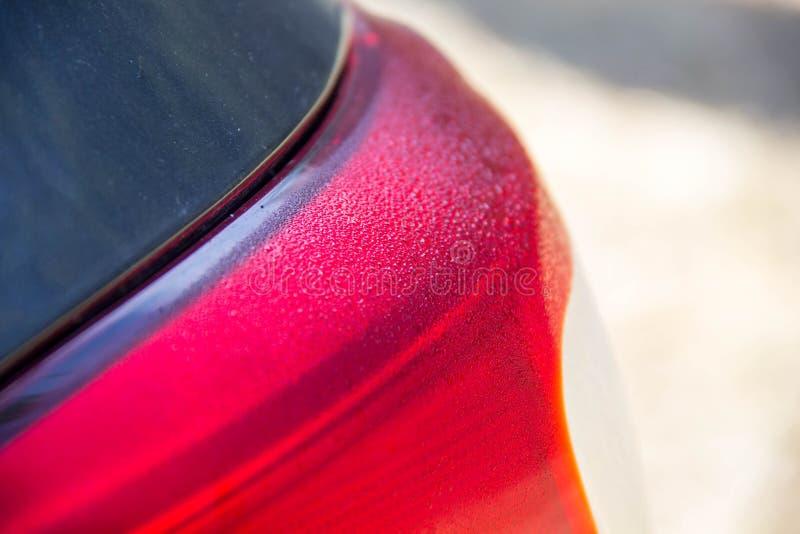 Carro brilhante com pintura de prata Gotas da ?gua na capa foto de stock royalty free