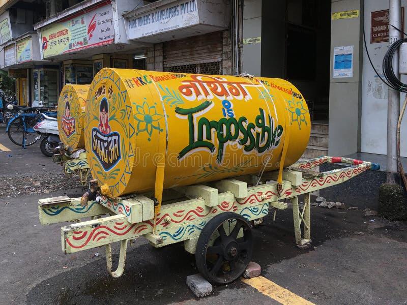 Carro brilhantemente pintado da mão da água para entregar a água ao forte Mumbai das casas & dos escritórios imagem de stock royalty free