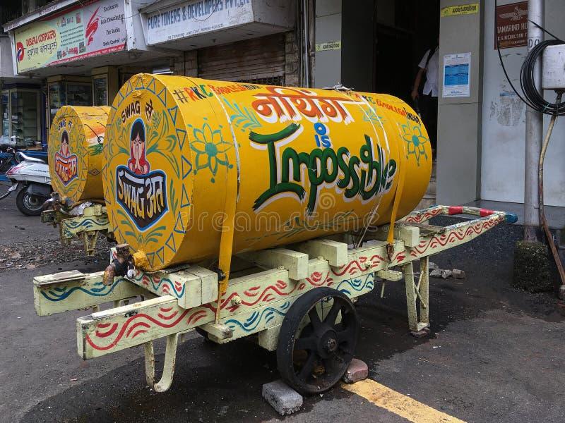 Carro brillantemente pintado de la mano del agua entregar el agua al fuerte Bombay de los hogares y de las oficinas fotos de archivo