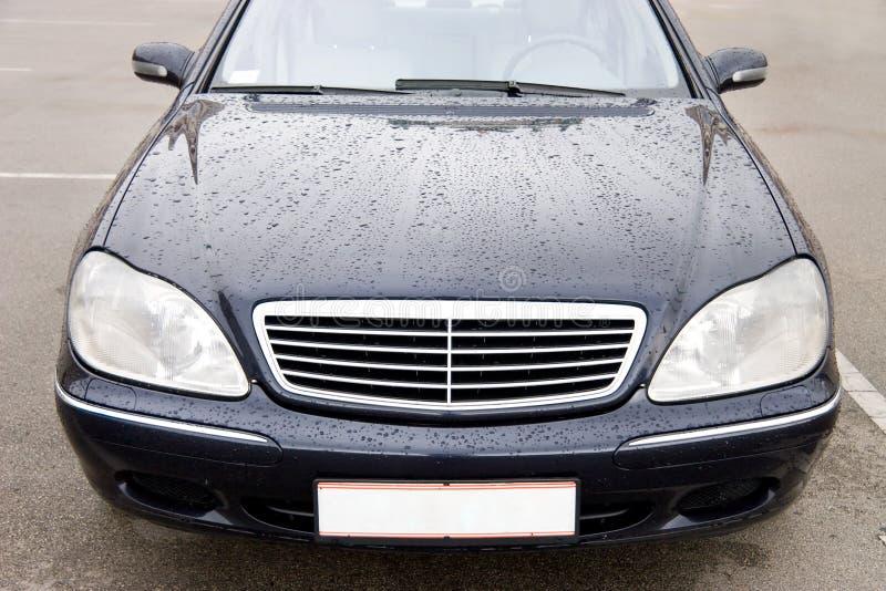 Carro caro moderno com gotas em uma capa imagens de stock royalty free