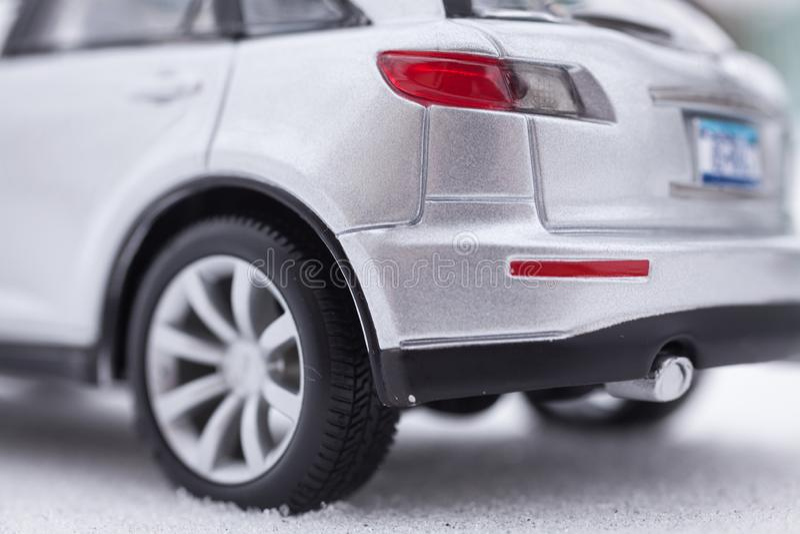 Carro cinzento de prata de SUV na neve foto de stock
