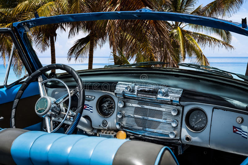 Carro clássico americano com vista interior na praia em Varadero - reportagem 2016 de Serie Kuba fotos de stock royalty free