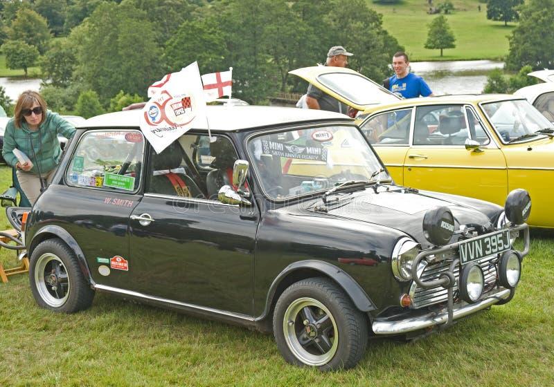 Carro clássico de Mini Cooper no castelo de Ripley. imagem de stock royalty free