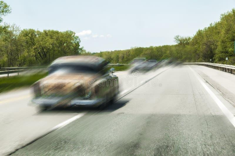 Carro clássico de pressa na estrada fotografia de stock