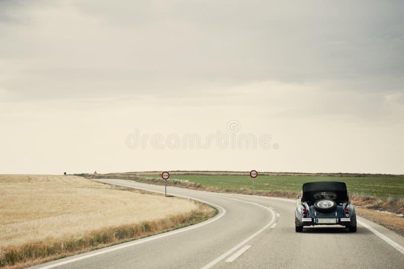 Carro clássico em uma estrada secundária fotografia de stock royalty free